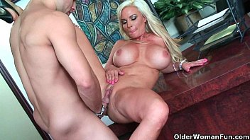 ash-blonde cougar diamond foxxx gets ripped.