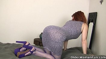 yankee cougar amber dawn rams her vulva with.