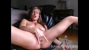 stepsister squirting in front of webcam. - juisypussycams.com